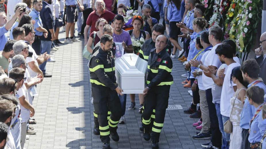 Zajednička sahrana 35 žrtava zemljotresa 1