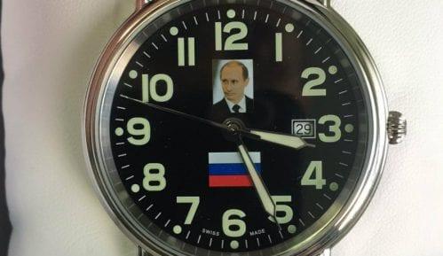 Predsednik poslao Vučićeviću sat sa likom Putina 9