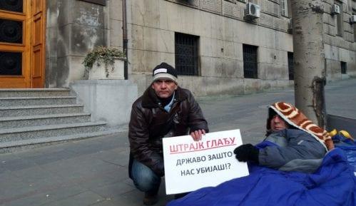 Nastavnici i dalje štrajkuju glađu zbog oduzetih licenci 12