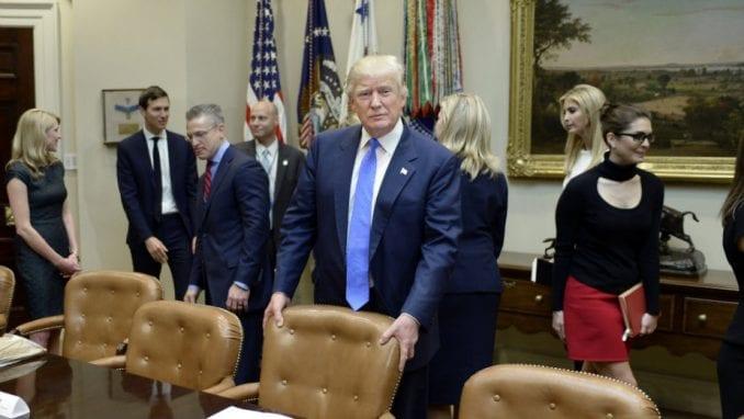 Tramp potpisao paket pomoći od 2.000 milijardi dolara 4