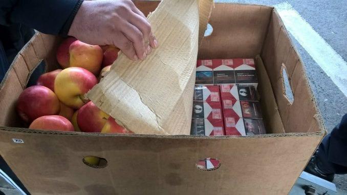 Pronašli cigarete među jabukama 1