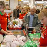 Građanima polovina zarade ode na hranu i kiriju 10