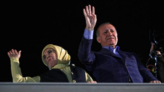 Erdogan slavi, opozicija osporava rezultate referenduma 1