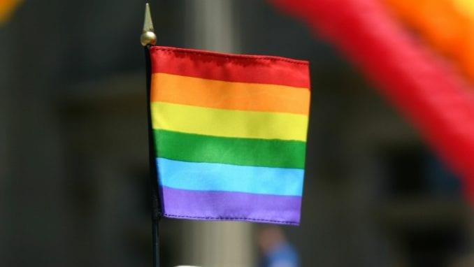 Osuđen na 15 godina zatvora zbog krađe i paljenja zastave LGBT 3