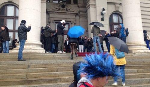 Okupljanje  na stepenicama i pred samim vratima parlamenta 15