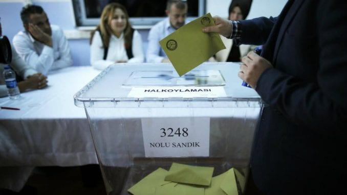 Troje mrtvih na biračkom mestu na referendumu u Turskoj 1