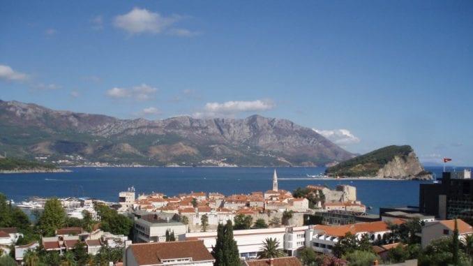 U Budvi zapaljena crnogorska zastava, kod Danilovgada na groblju se pevalo 2