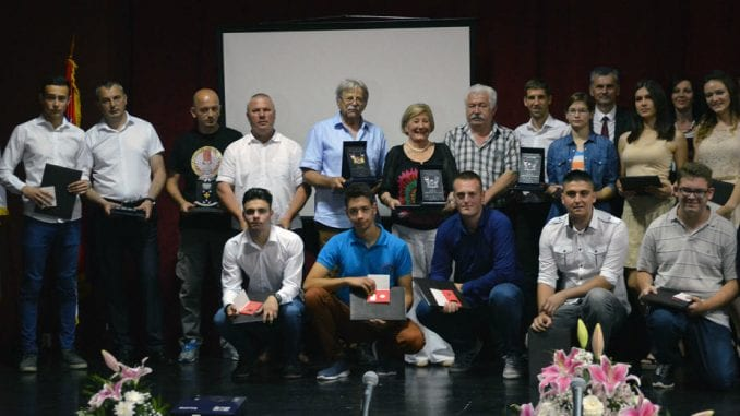 Uspešnima nagrade, Vladi Srbije kritike 4