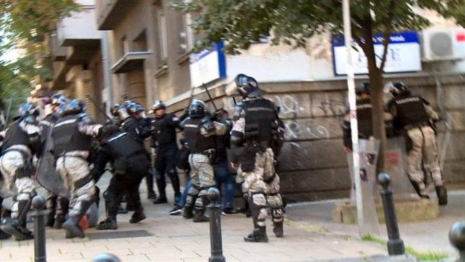 Svedok: Vučić i Mali napadali kordon policije 1