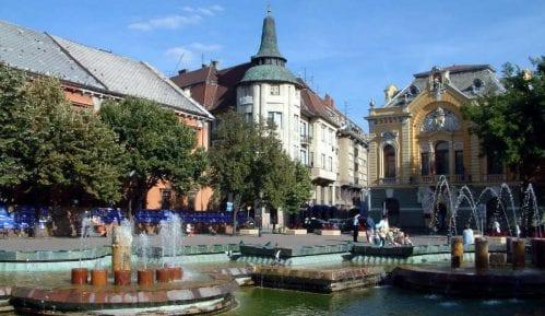 Naziv Opšte bolnice u Subotici na hrvatskom i mađarskom jeziku ispisan ćirilicom 3