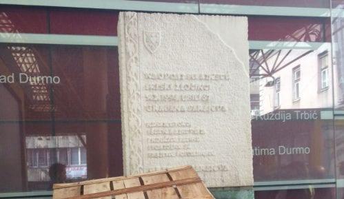 Spomenici za ubijene i gajbice na Markalama 1