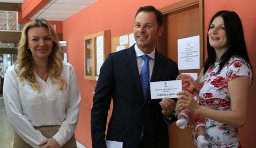 Prva porodilja dobila pomoć grada od 10.000 dinara 4