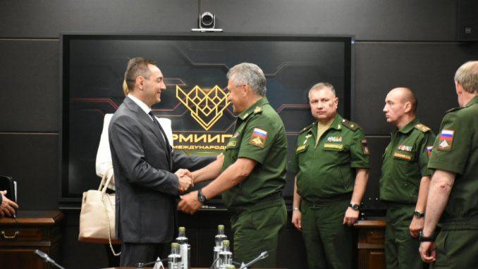 Državni vrh na aerodromu, opozicija na Trgu republike 1