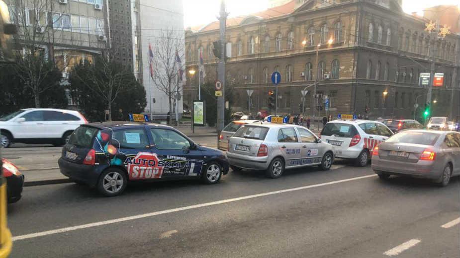Instruktori auto-škola protestuju ispred Vlade 1