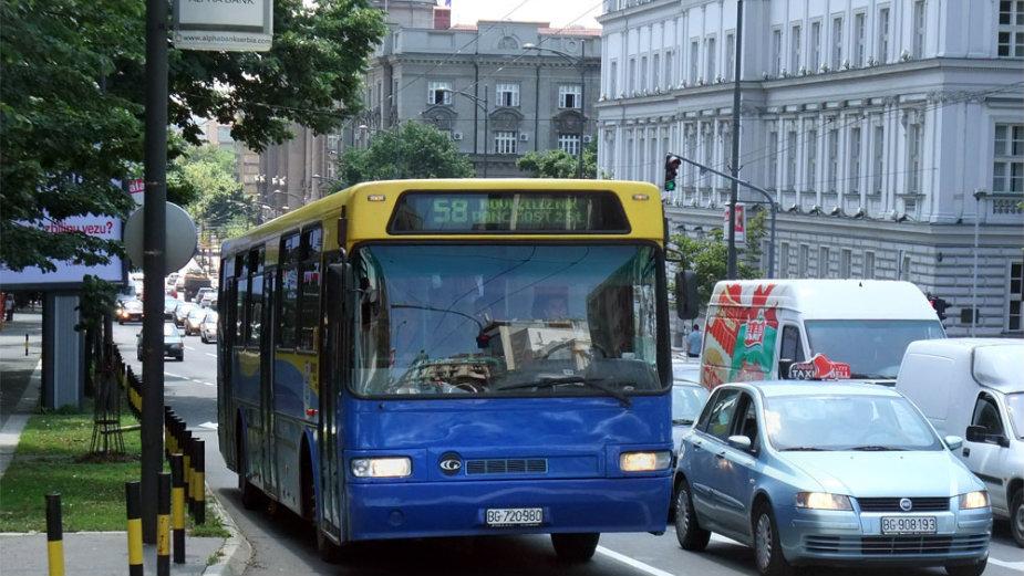 Jeo pljeskavicu, telefonirao i laktovima vozio putnike, 250 kazni za vozače autobusa 2