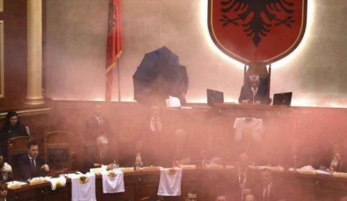 Cipelom gađala premijera Albanije 15