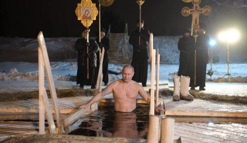 Putin zaronio u ledenu vodu za časni krst 10