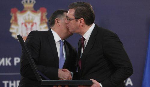 Dodik odlikovao Vučića 13