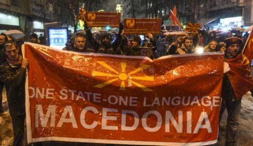 Na protestu u Skoplju zapaljena grčka zastava 13