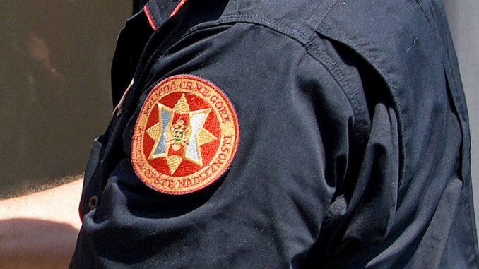 Crnogorska policija uhapsila tri mladića zbog lomljenja državnih zastava 4
