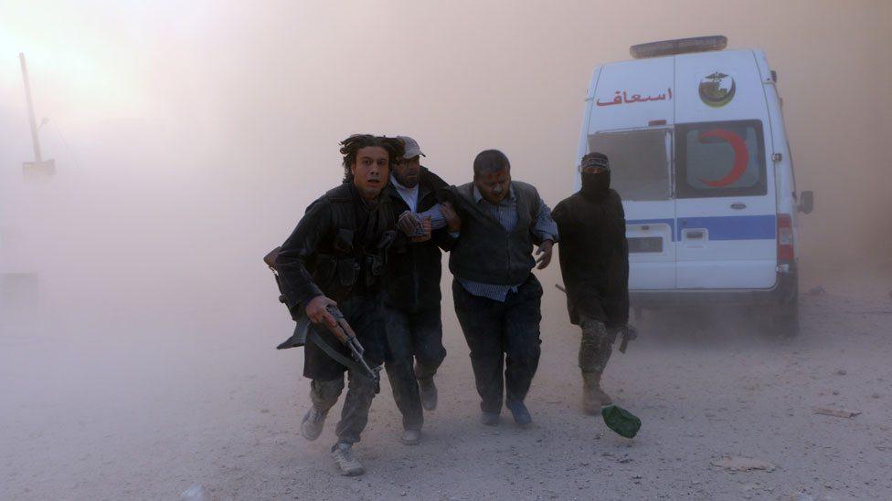 Borci u Siriji pomažu ranjeniku