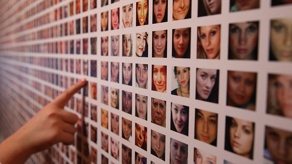 Zid sa slikama lica