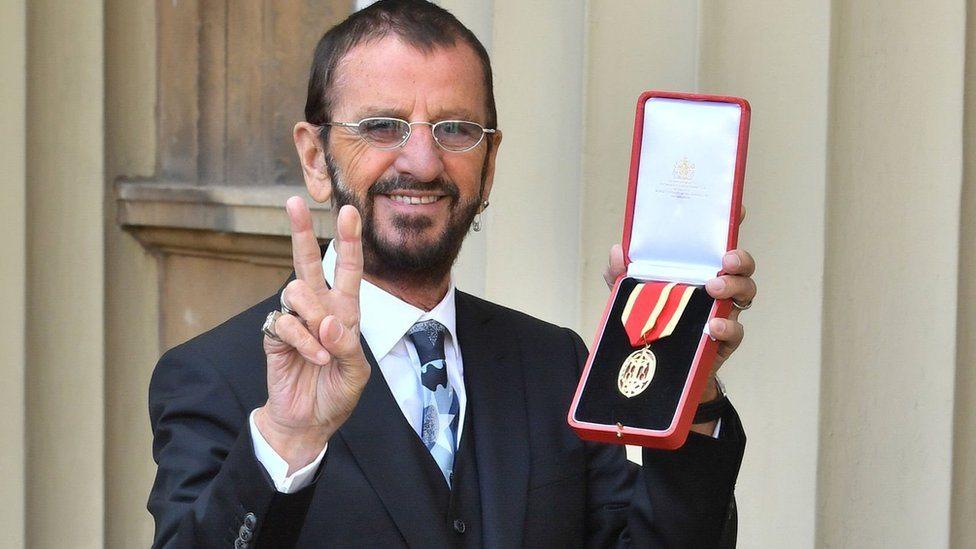 Ringo Star pokazuje odlikovanje