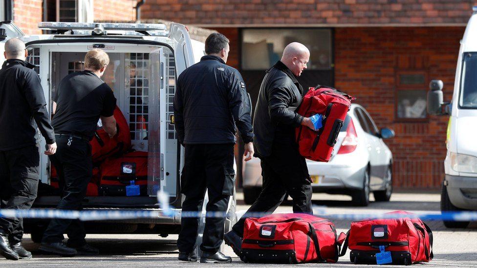 Policajci pomažu međunarodnim stručnjacima da raspakuju opremu u Salzburiju