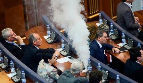 Parlament evakuisan zbog suzavca iz ruku poslanika 8