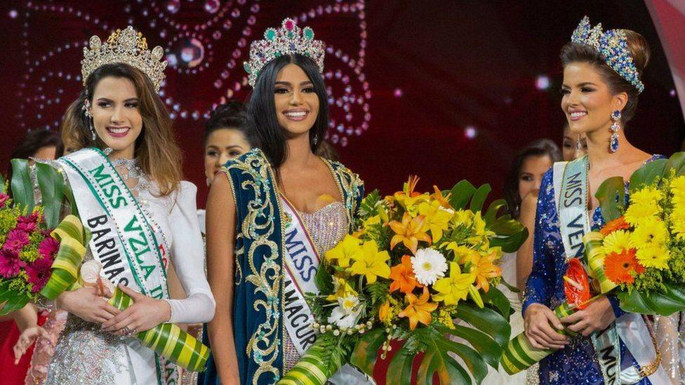 Pobednica izbora za Mis Venecuele 2017. godine Stefani Gutijerez sa dve pratilje, 9. novembar 2017.