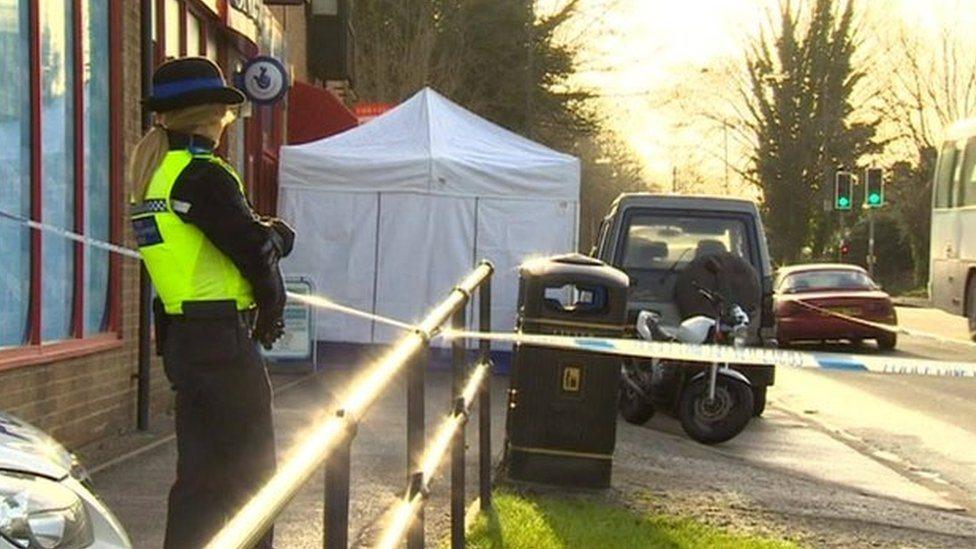 Policija ispred prodavnice u Kembridžu