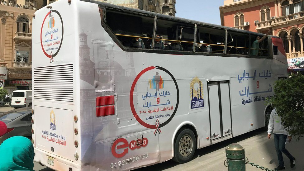 "Autobus s porukom ""Budi pozitivan, izađi i glasaj"" kruži Kairom i poziva građane na izbore, Kairo 25. mart, 2018."