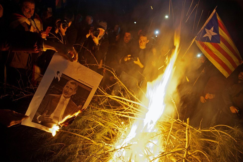Demonstranti spaljuju fotografiju španskog kralja u Kataloniji, mart 2018.