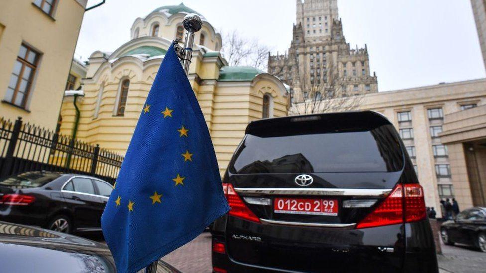 Automobil sa zastavom Evropske unije u Moskvi