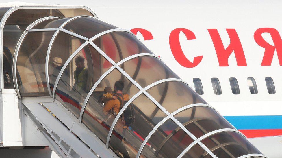 Ruske diplomate i članovi porodica na londonskom aerodromu