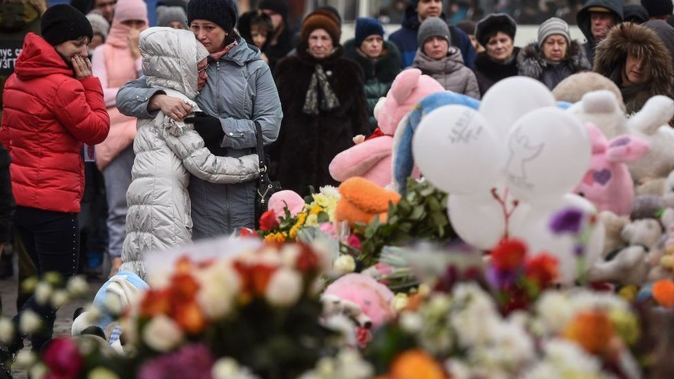 Građani odaju počast preminulima u požaru