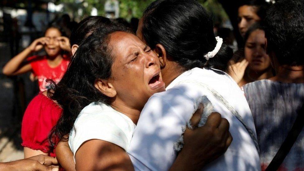 Očajni rođaci ispred policijske stanice u Valensiji, Venecuela, nakon požara u policijskoj stanici