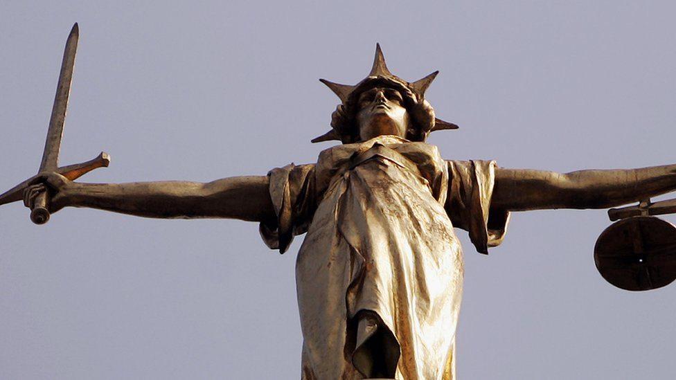 Statua pravde na krovu Old Bejlija u Londonu