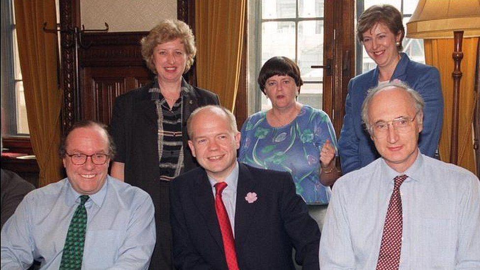 Tereza Mej sa članovima Vlade u senci Vilijema Hejga 1999. godine