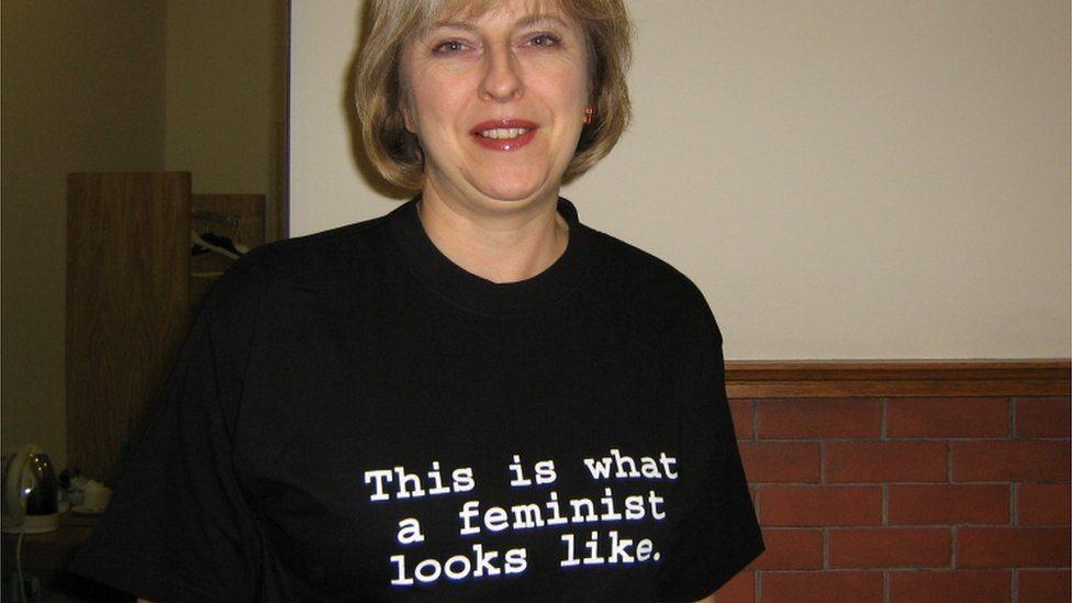Tereza Mej nosi majicu sa feminističkim porukama