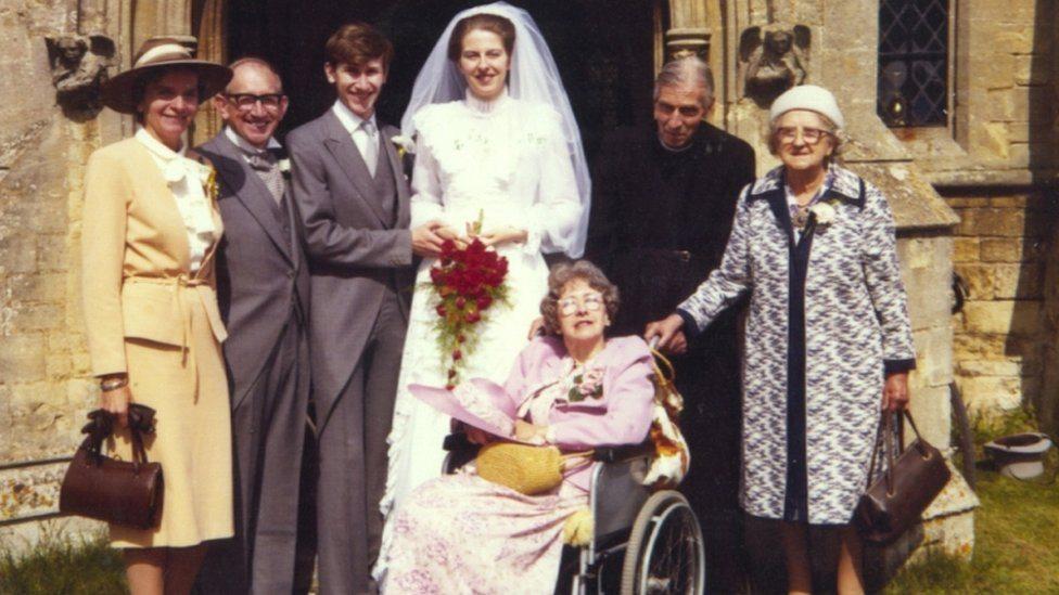 Porodična slika na venčanju Tereze Mej sa Filipom 1980. godine. Sleva: Filipovi roditelji Džon i Džoj Mej, Filip i Tereza, Terezin otac Hubert, baka Violet Barns i majka Zaide u kolicima.