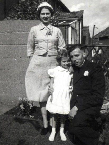 Tereza Mej kao dete, sa roditeljima.