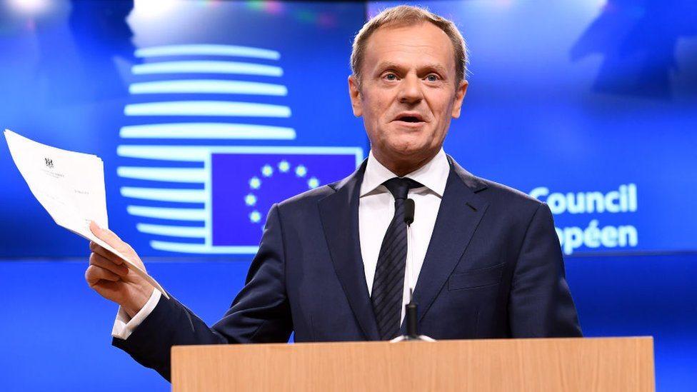 Predsednik Evropskog saveta Donald Tusk s zvaničnim pismom Tereze Mej o namerama Velike Britanije da istupi iz Evropske unije, Brisel, 29. maj, 2017.