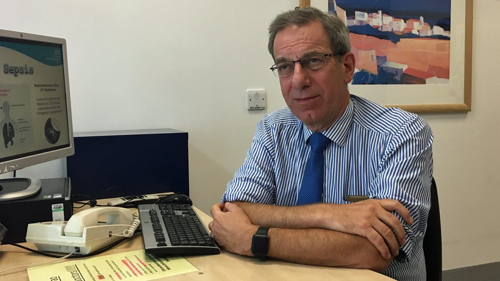 Profesor Hilmen u svojoj kancelariji