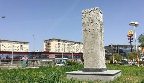 Spomenička zbrka: Od minijaturne Gagarinove glave do nevidljivog Vorhola 3