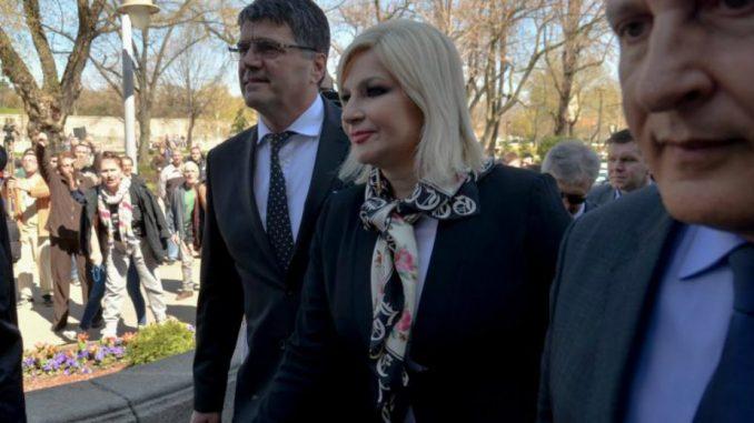 Ministarka Mihajlović izviždana ispred Gradske kuće u Nišu (video) 1