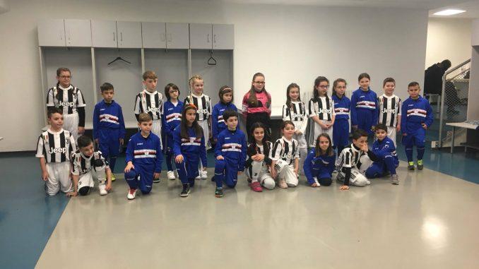 Deca zaposlenih u kompaniji  FCA Srbija na terenu sa fudbalerima Juventusa 1