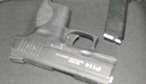 Pištolj zamotan u čarapu, pa skriven u naslonu sedišta 1