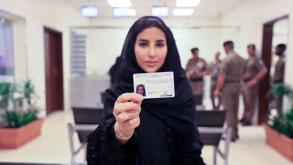 Žena pokazuje novu saobraćju dozvolu