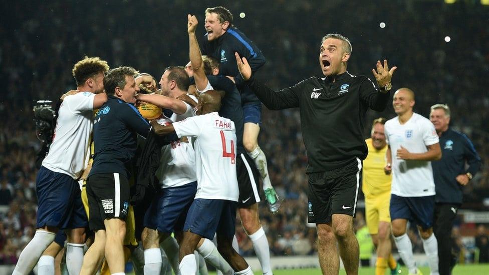 Fudbalski tim Robija Vilijamsa slavi pobedu na dobrotvornom turniru